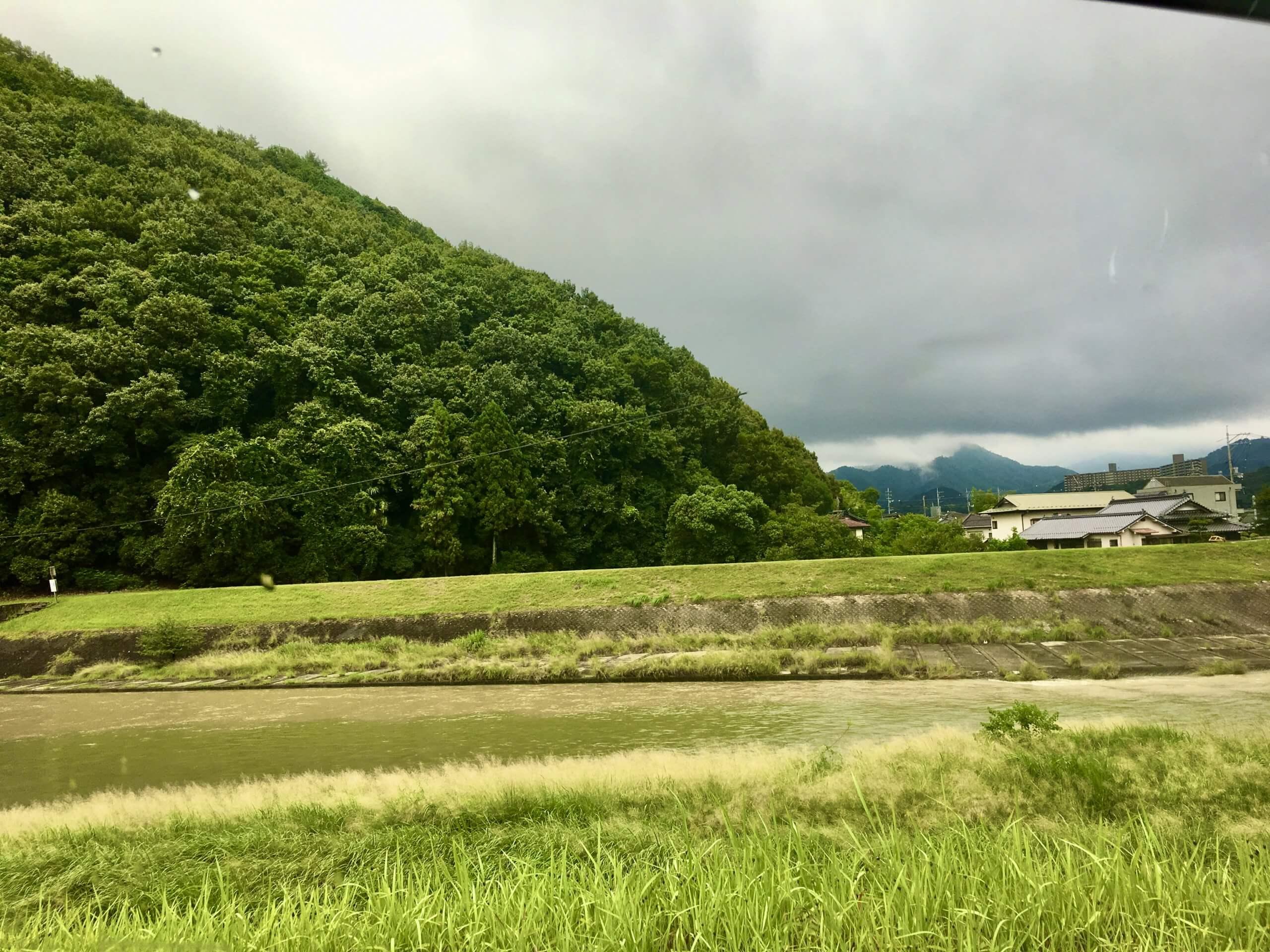 ホテルの近くにある寺山と根の谷川